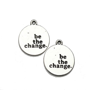 "Charm de lentejas 21 mm ""be the change"" en tono plateado - 2 piezas Charm de Halcraft Collection"