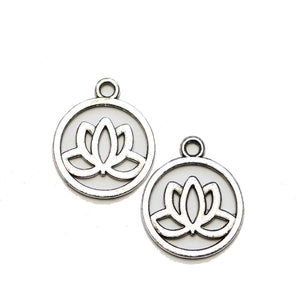 Charm Lotus en tono plateado de 19 mm - 2 piezas Charm de Halcraft Collection