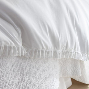 white ruffled edge duvet cover and quilt
