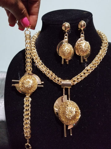Beautiful costume jewelry set in 18k gold plating. High quality hypoallergenic jewelry set. 4pcs set.