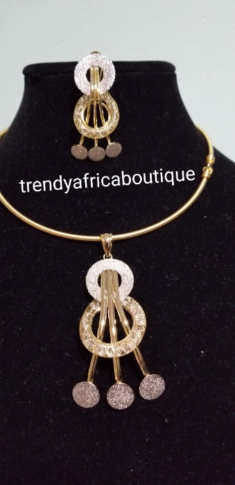 18k Gold plated 2 tone drop pendant/earrings set, include Omega chain. The chain have extender with the hook at the back for easy adjustment. Nice size for party wear. Tissue design pendant set. Very lovely and Classic