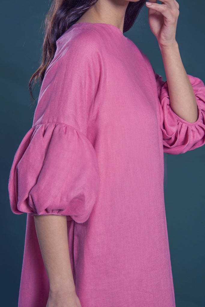 Kaftan with tulip petal pleated cuffs and a curved hemline