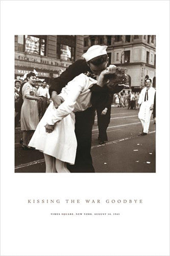 KISSING THE WAR GOODBYE (Times Square 1945) Poster - Pyramid International