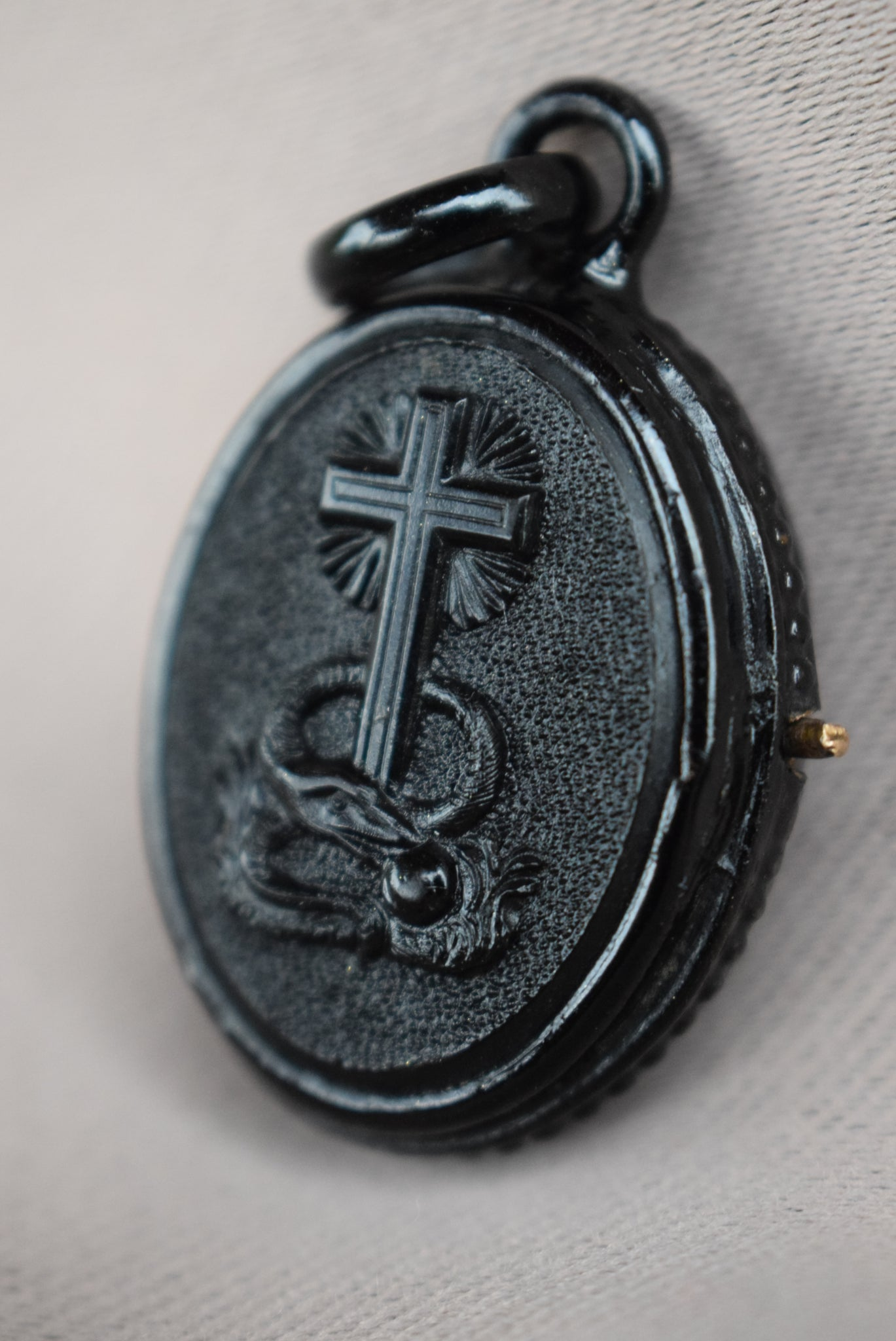 Mourning Locket Pendant - Charmantiques