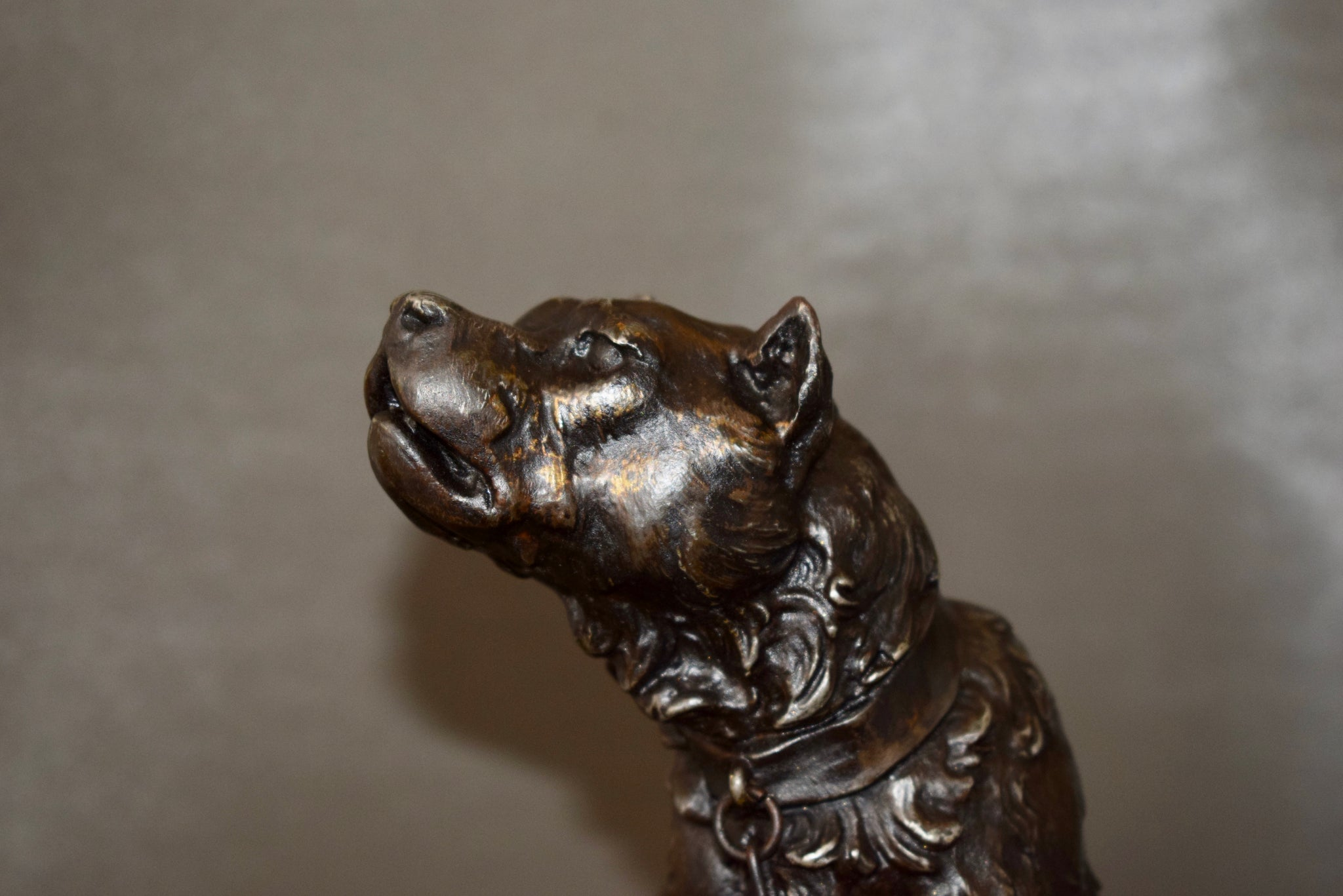 Howling Dog by Valton - Charmantiques