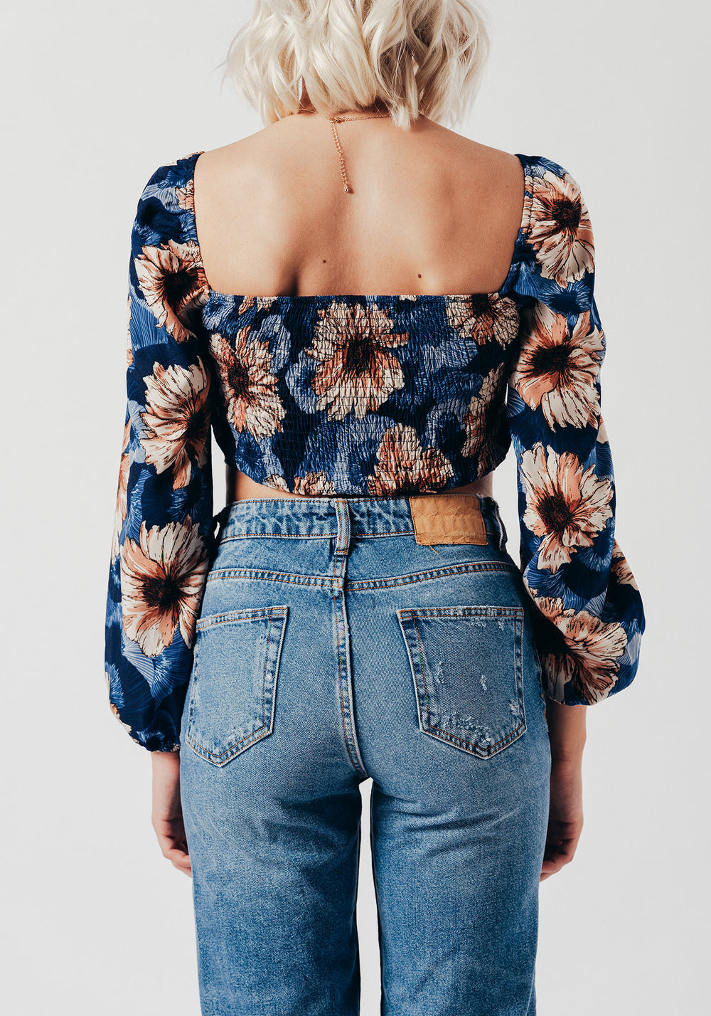 Buttoned crop top with long sleeves in blue large floral