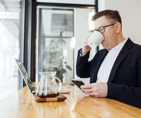 man drinking low fodmap caffeine