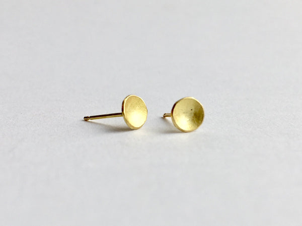 Small domed 18 ct gold stud earrings by Michele Wyckoff Smith (UK)