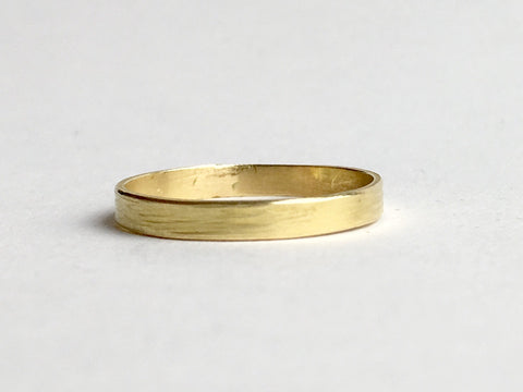 Hammer textured 18 ct gold wedding ring by Michele Wyckoff Smith on www.wyckoffsmith.com