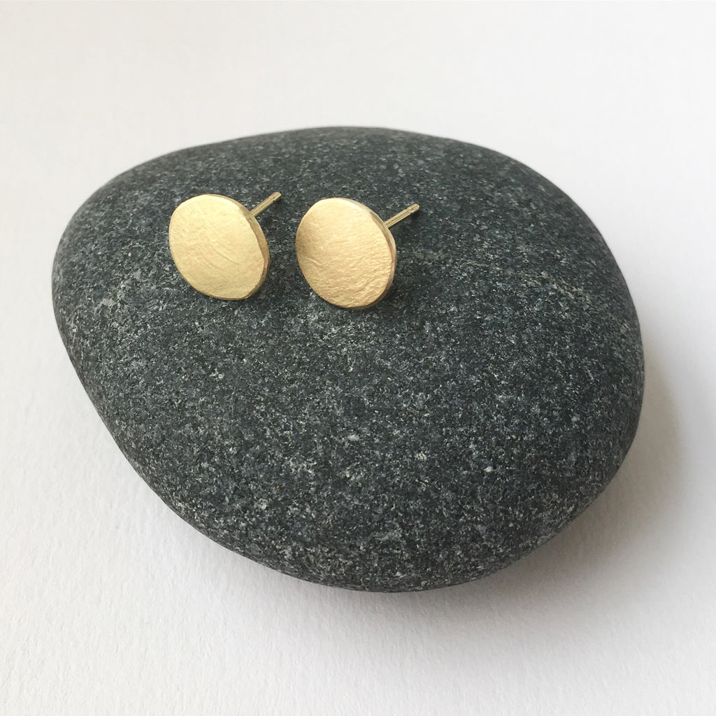 18 ct gold textured circle stud earrings