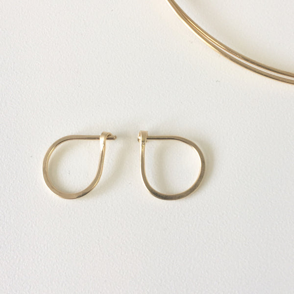 Two hand forged 18 ct gold hoop earrings (small size) - Wyckoff Smith Jewellery