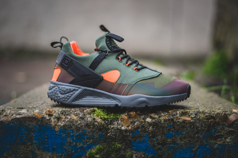 4f629605eeec This Autumn Winter 2015 we see the release of perhaps two of the nicest  Huarache Utility colour ways so far. The Carbon Green and Black Iridescent  are the ...
