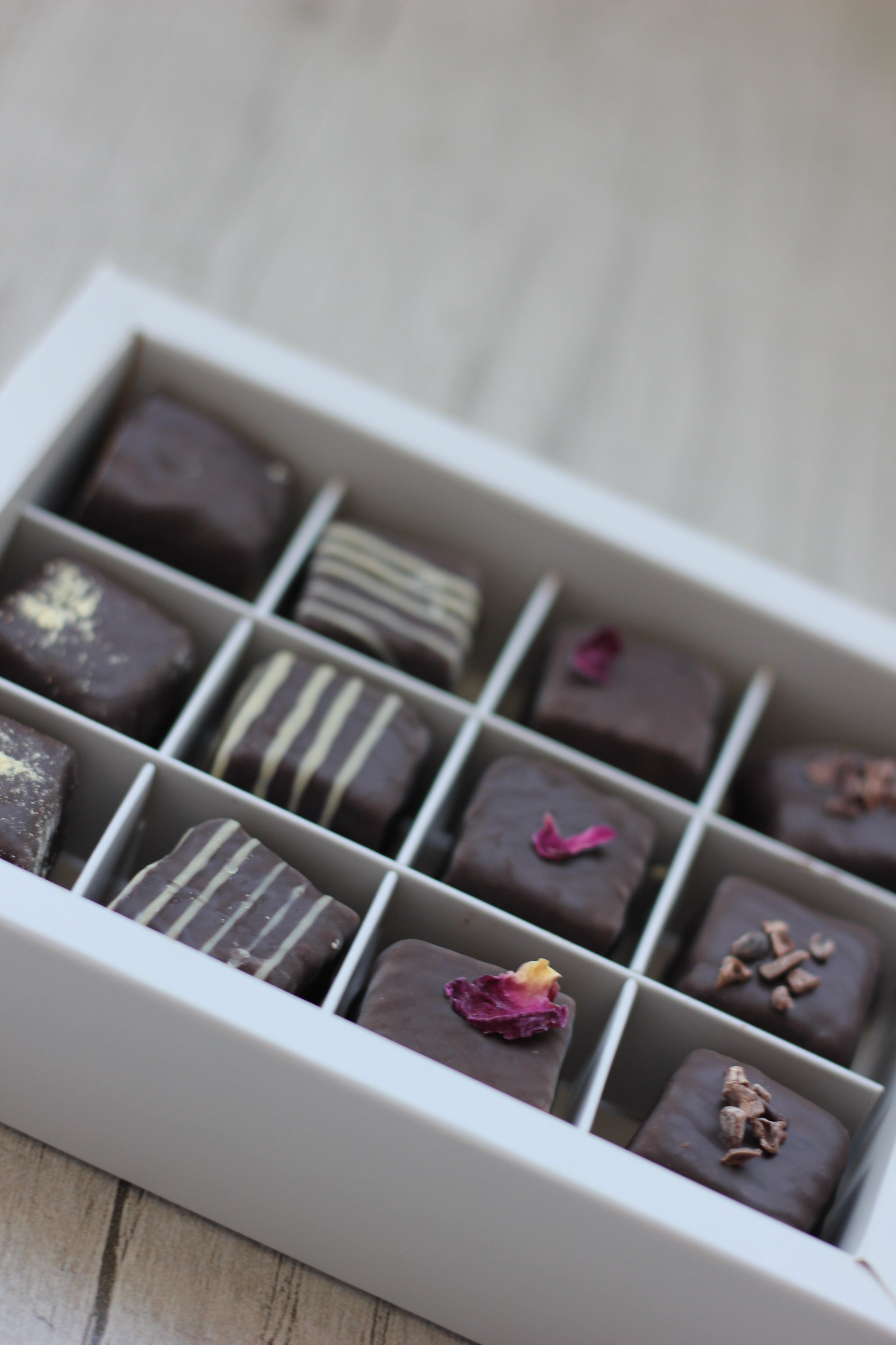 Chocolate & Date - Medium Box - 12 pieces