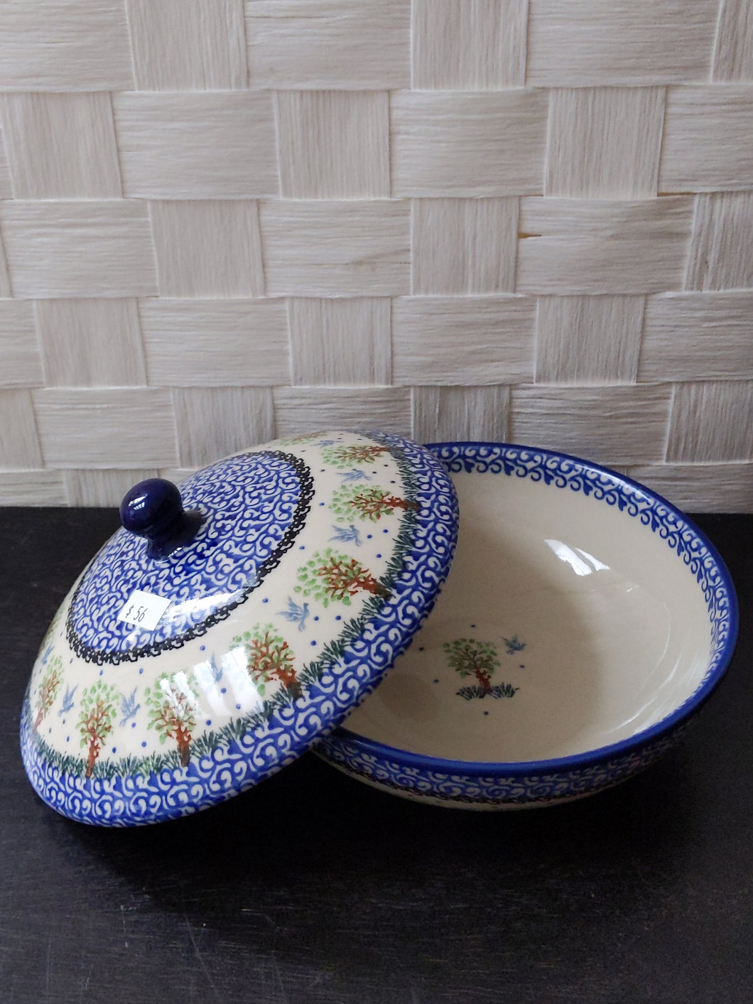 Round dish with lid