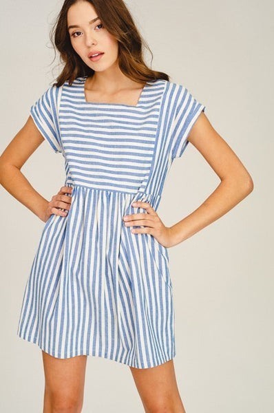 Woven short sleeve pleated dress in blue