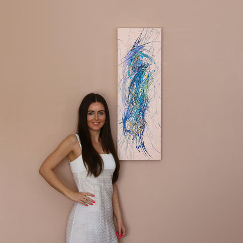 Eniko Toth fashion blogger and influencer with her Johny Dar painting