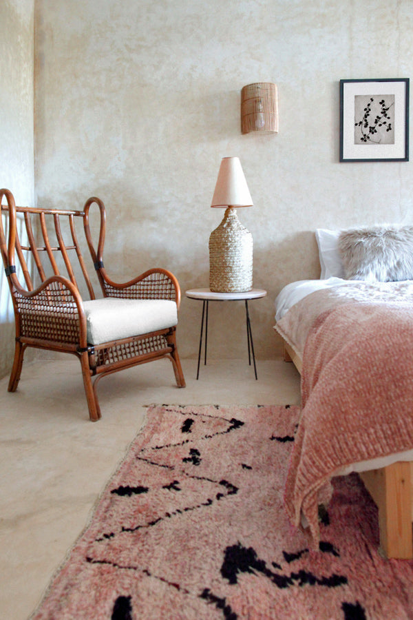 beni mguild in the bedroom with this flesh toned pinky-peach rug.
