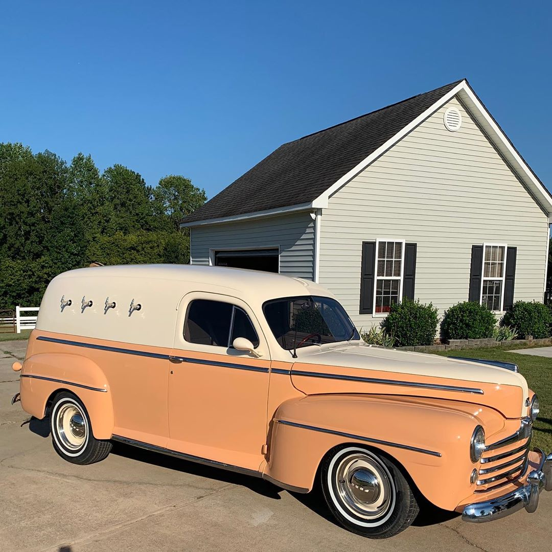 A 1947 Ford sedan, this truck is a GA peach with cream white on top. The truck hosts four taps with plenty to be served. Servicing Duluth, Alpharetta, and Marietta.