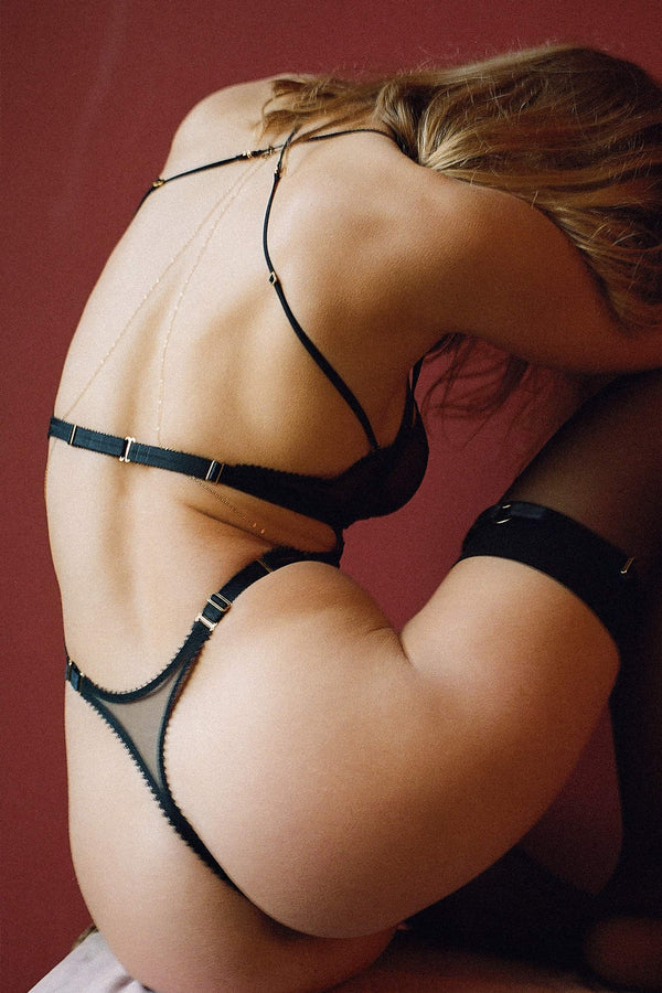 Tisja Damen Myth High Thong in black mesh, back/side view, on model also wearing matching halter bra
