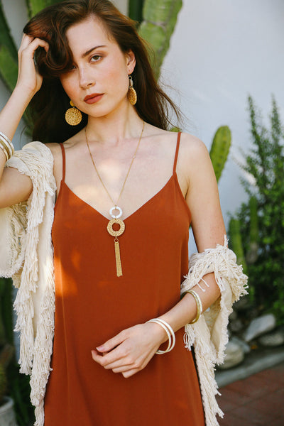 boho-girl-in-earthy-chic-jewelry
