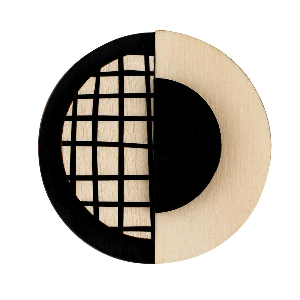 Circle brooch with lines in black