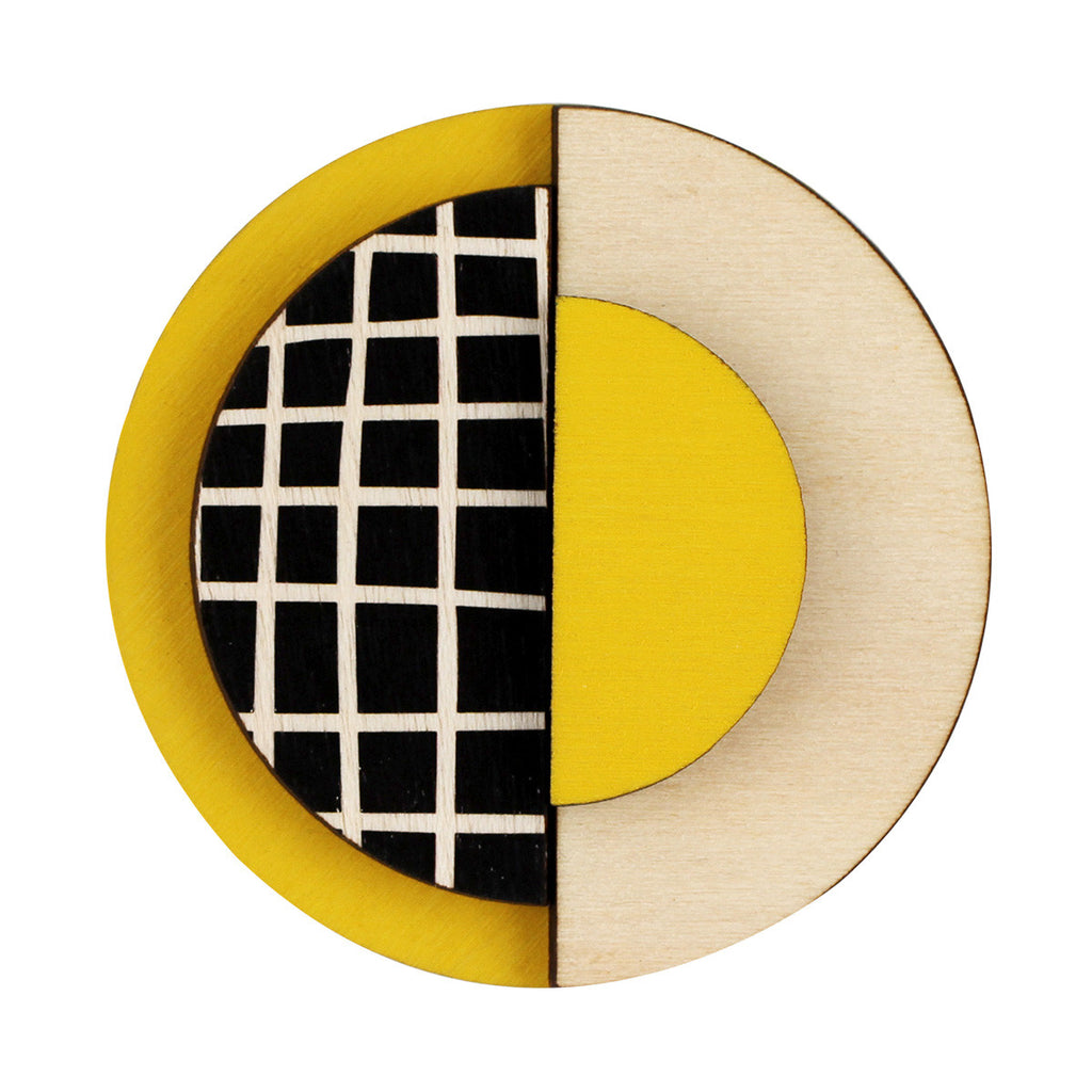 Circle brooch with lines in yellow