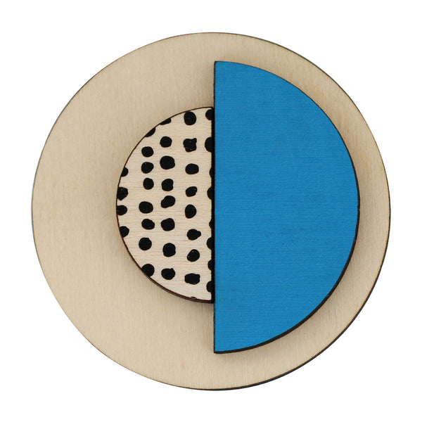 Circle brooch with spots in blue