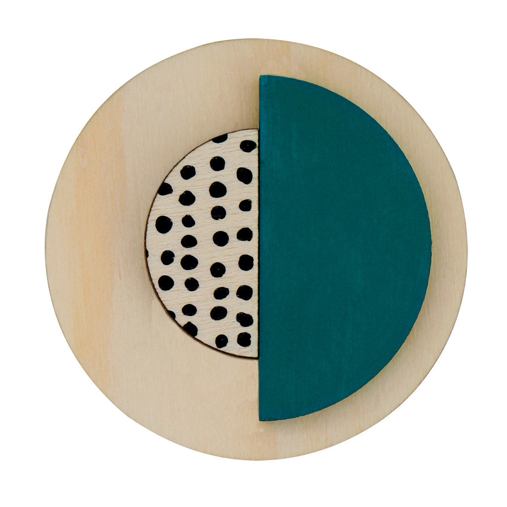 Circle brooch with spots in green