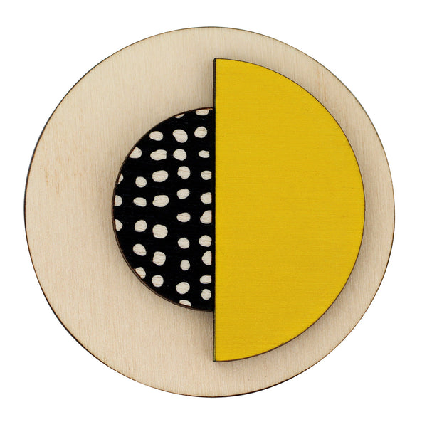 Circle brooch with spots in yellow