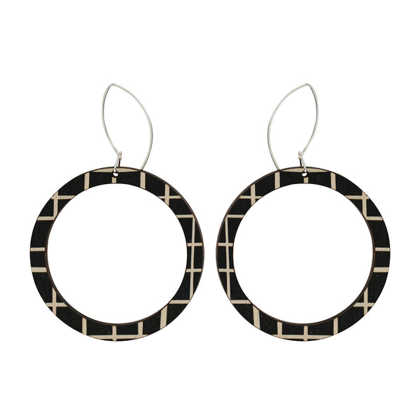 Hoop earrings with lines
