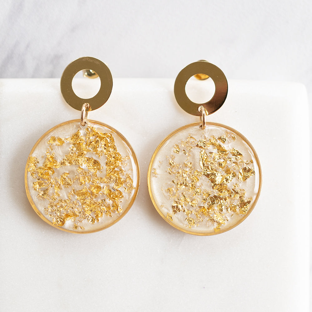 Load image into Gallery viewer, Dangling Statement Pearl Gold Earrings