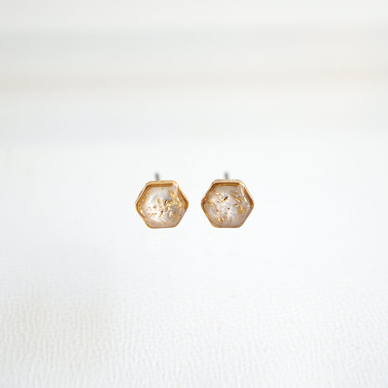 Small hexagon earrings in gold and pearl