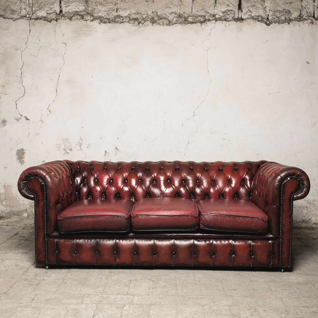 Divano chesterfield bordeaux la piccola galleria for Divano bordeaux