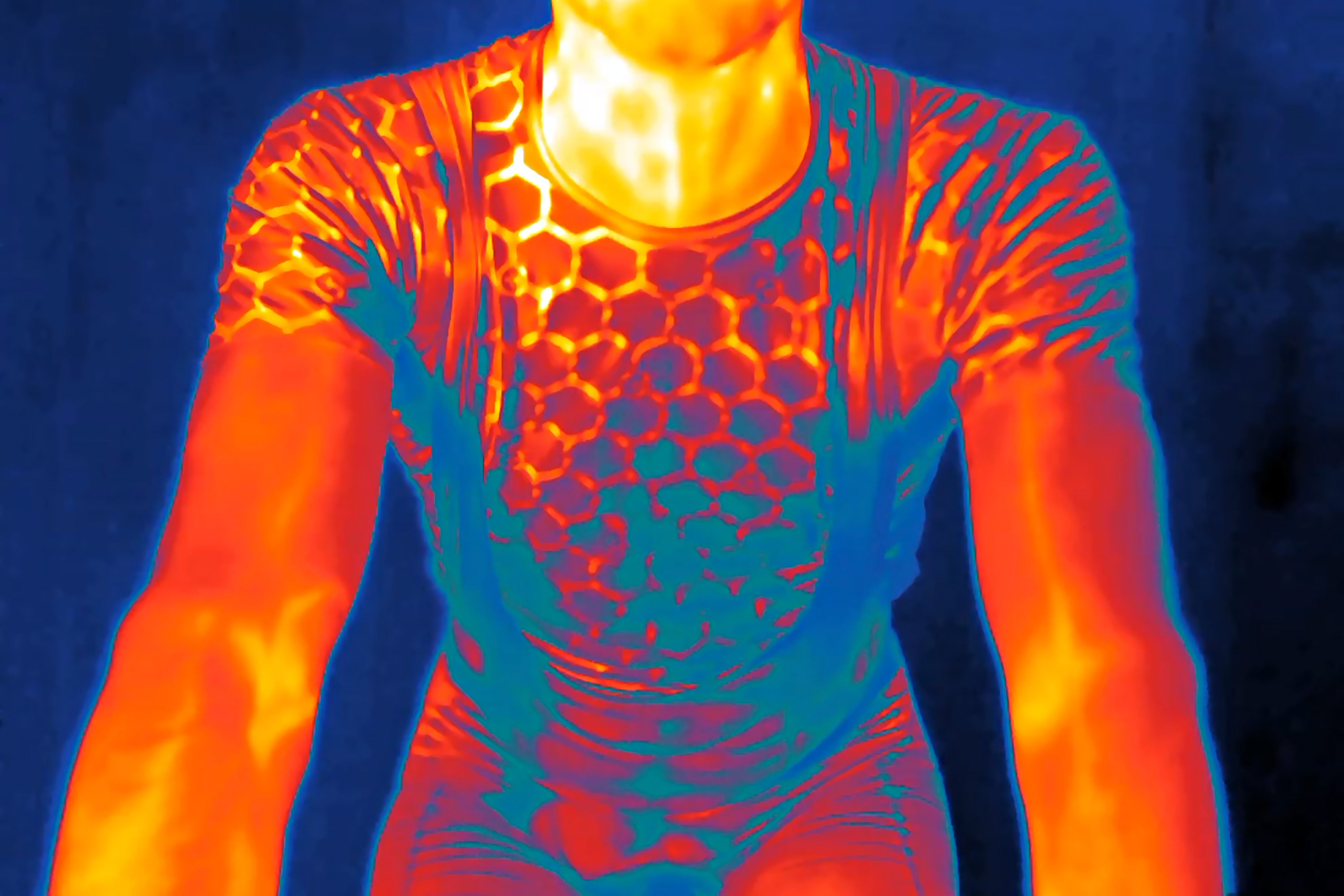 Using this space age element, Métier has bonded a specially designed pattern to redefine base layers. The pattern engages with the body's hotspots to dissipate heat throughout the thermal circuit, either cooling or warming your core temperature.