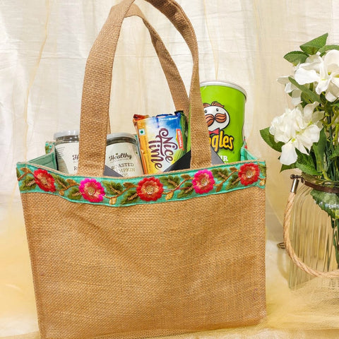 Jute bag with decorative lace - Room Hamper