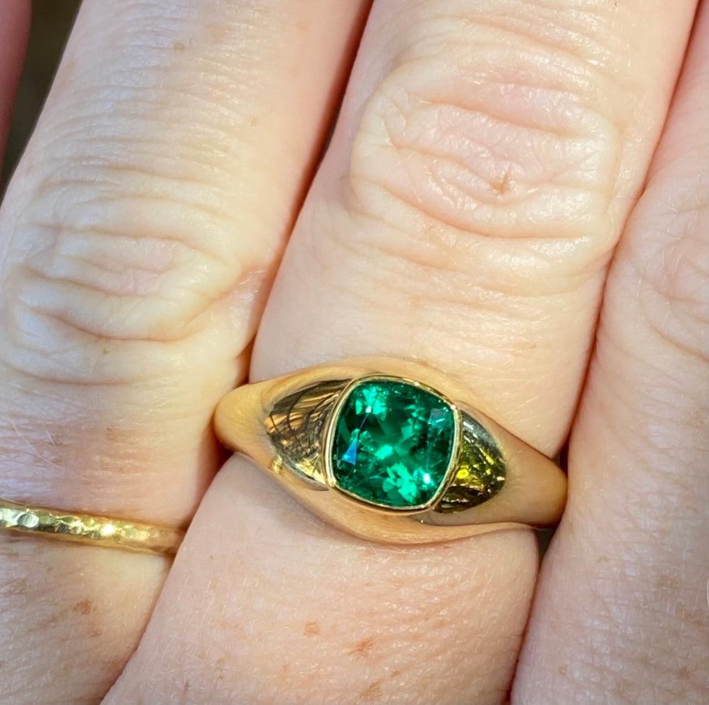 1.07 Colombian Emerald, 18 Karat Gold Signet Ring - AGL certified no enhancement