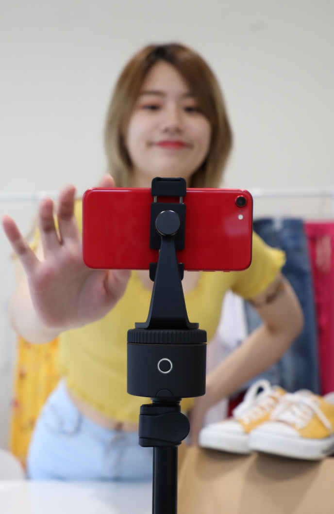 woman is setting smartphone mounted on pivo pod black