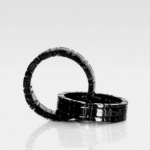 Himber Ring Ring Throuh Finger- Black  - Close Up Magic - Bemagic
