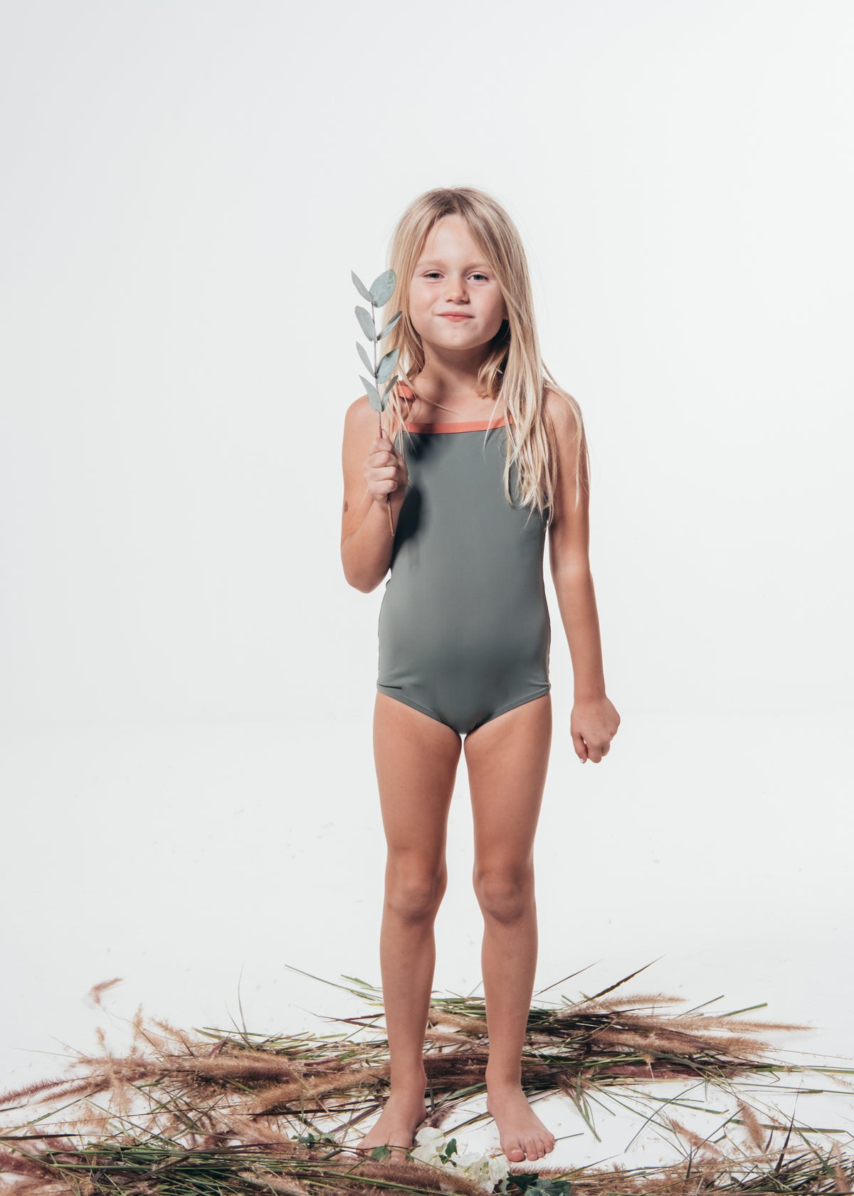 Ohoy swim kids swimsuit made from ecco friendly econyl regenerated plastic collected from the sea. Børne badedragt pink grøn