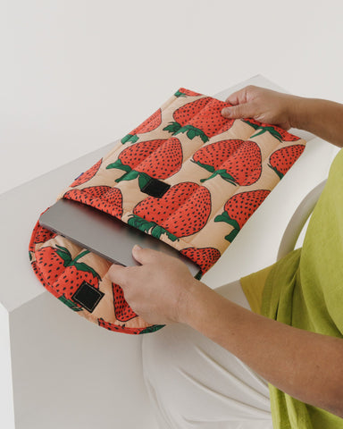 "Baggu Puffy Laptop Sleeve 16"" - Strawberry"
