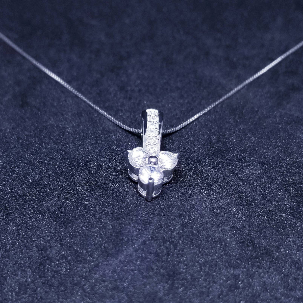 New 14k White Gold On 925 Sterling Silver Three Petals Flower CZ Stones Pendant Free Chain