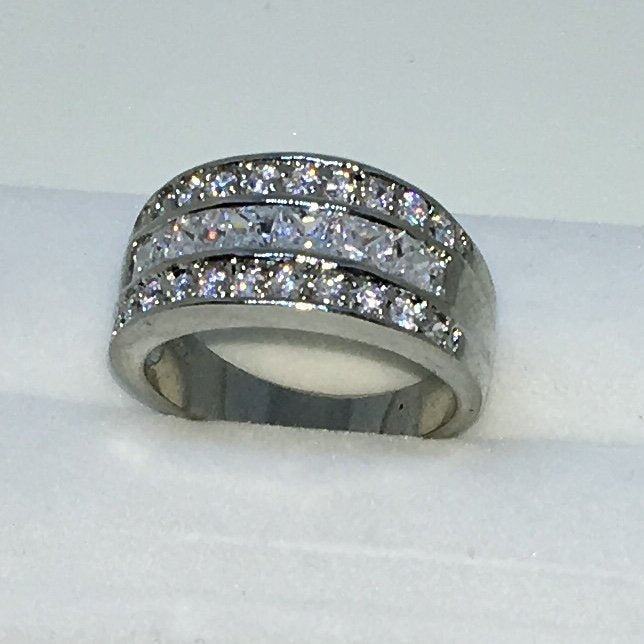 10 . 6mm Size 9 Brand New White Gold Plated with Round and Squared White Gems on Layered Stainless Steel ring band