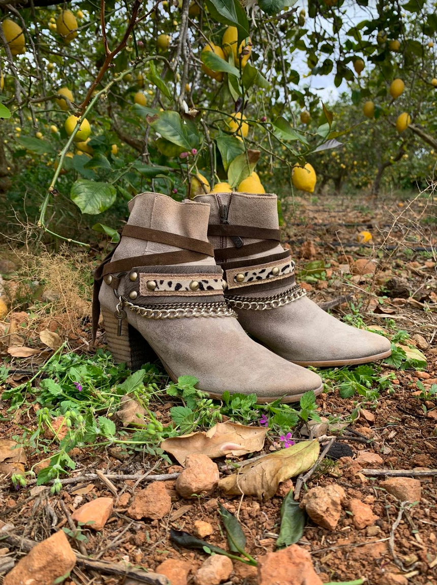 This famous Linda Ibiza handmade leather boot and ankle jewelry in dark brown, gold and leopard print with chain detail can be attached on your boots, with heels or wrapped around your leg with flip flops to create a totally different look. The accessory can also be worn as an ankle bracelet, necklace or as a belt.