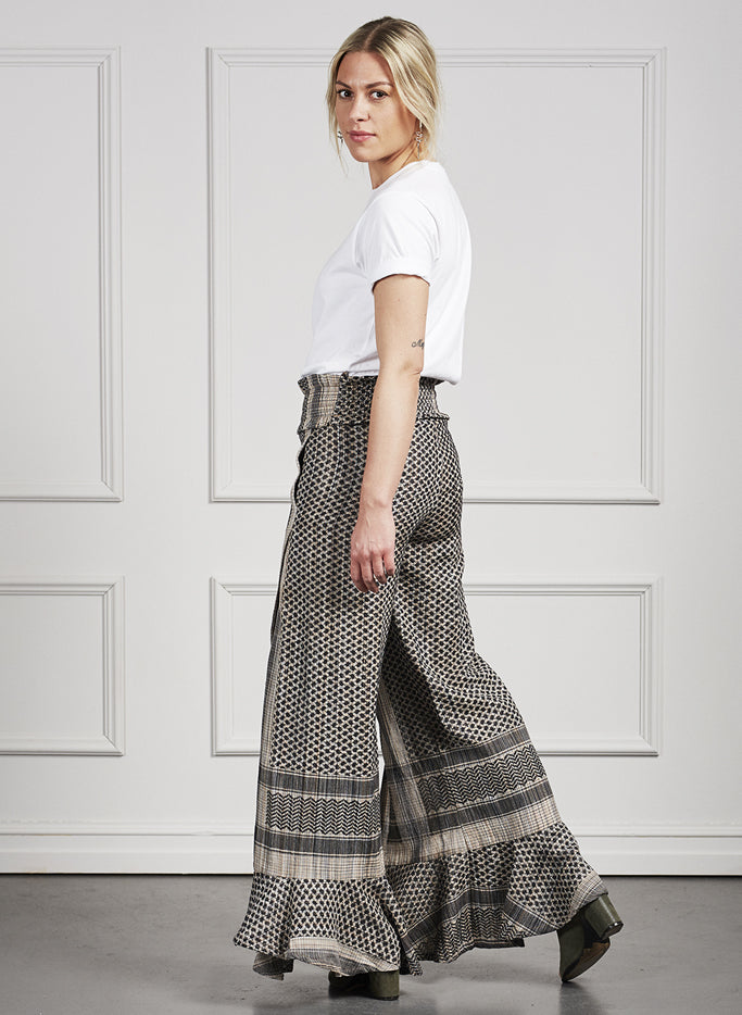 Fit-and-flare pants with high slit