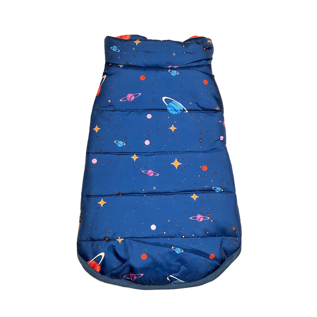 Bali the Dog space jacket, dog winter jacket with stars and planets. Warm soft fleece lining. Lämmin koiratakki avaruus kuvioilla, sininen talvitakki fleece vuorella balithedog:sta.