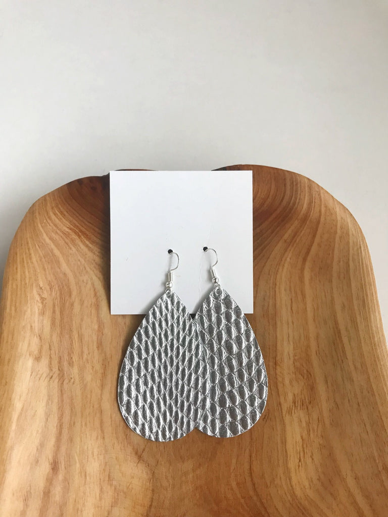 Leather teardrop earrings in Silver Mist