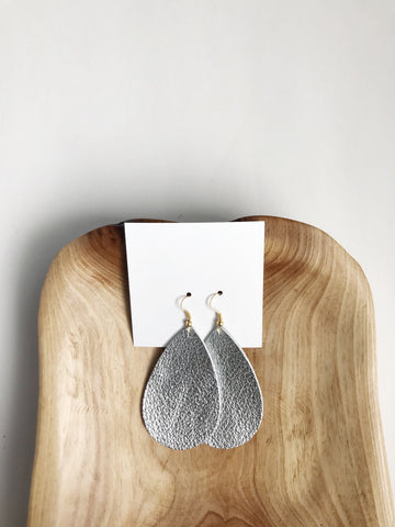 Leather teardrop earrings in Silver Metallic