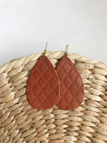 Leather teardrop earrings in Quilted Cognac