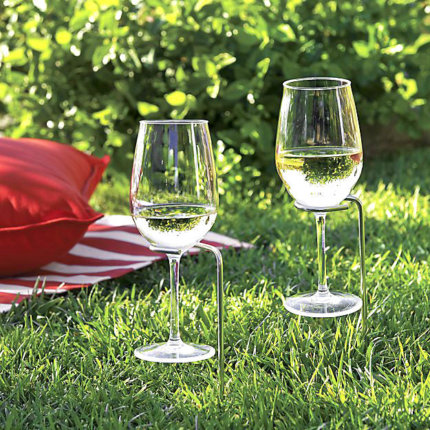 wine glass holders for picnics in picnic setting