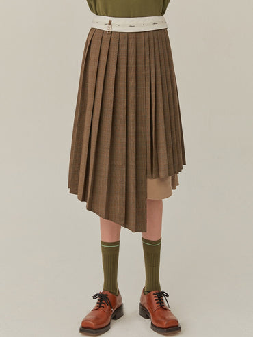 A SKIRT WITH A DIFFERENT BALANCE OF BOTH PLEATS